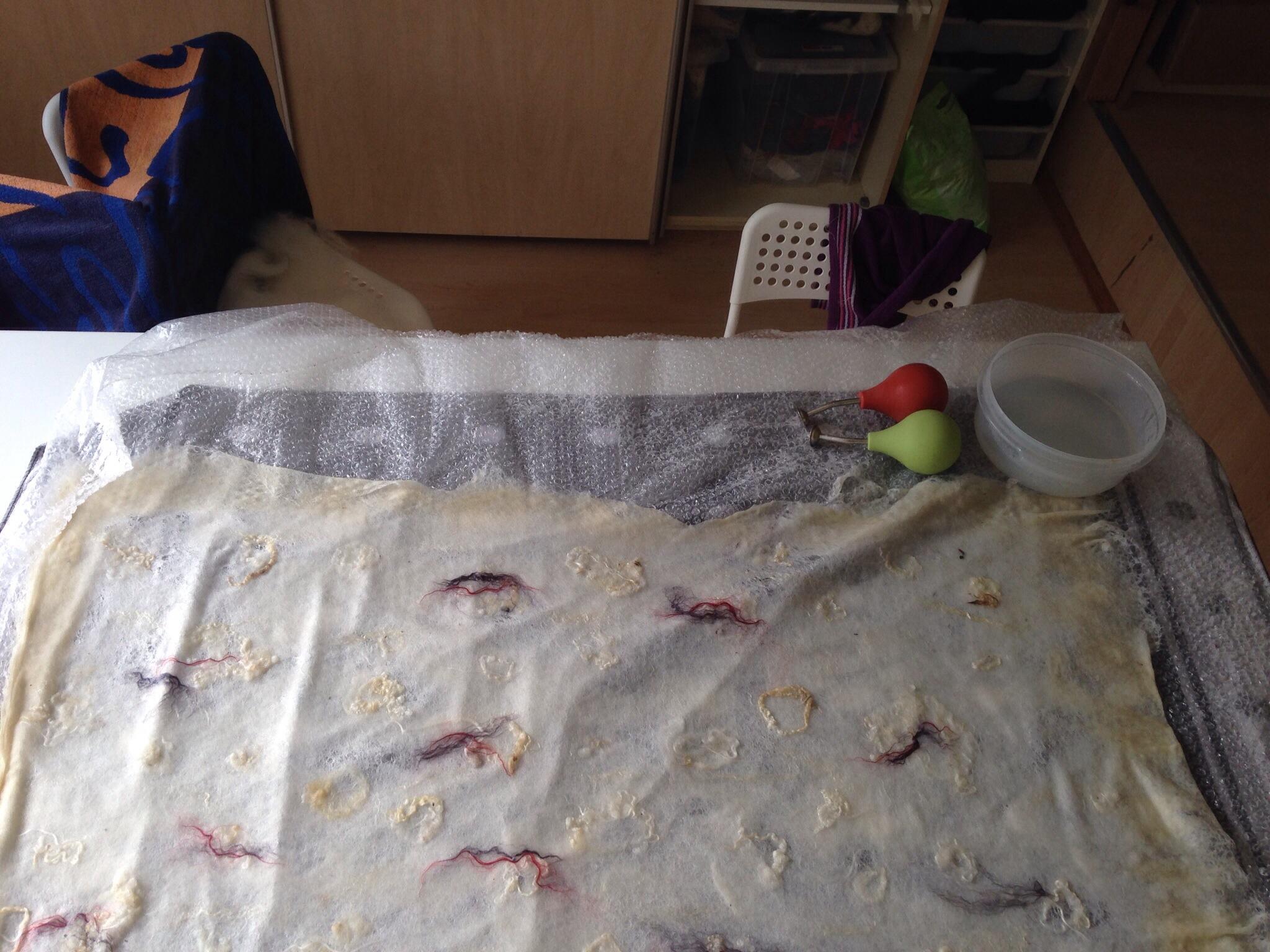 Experiment: ragfijne vitrage van vilt – Viltatelier De Vonnevilterij